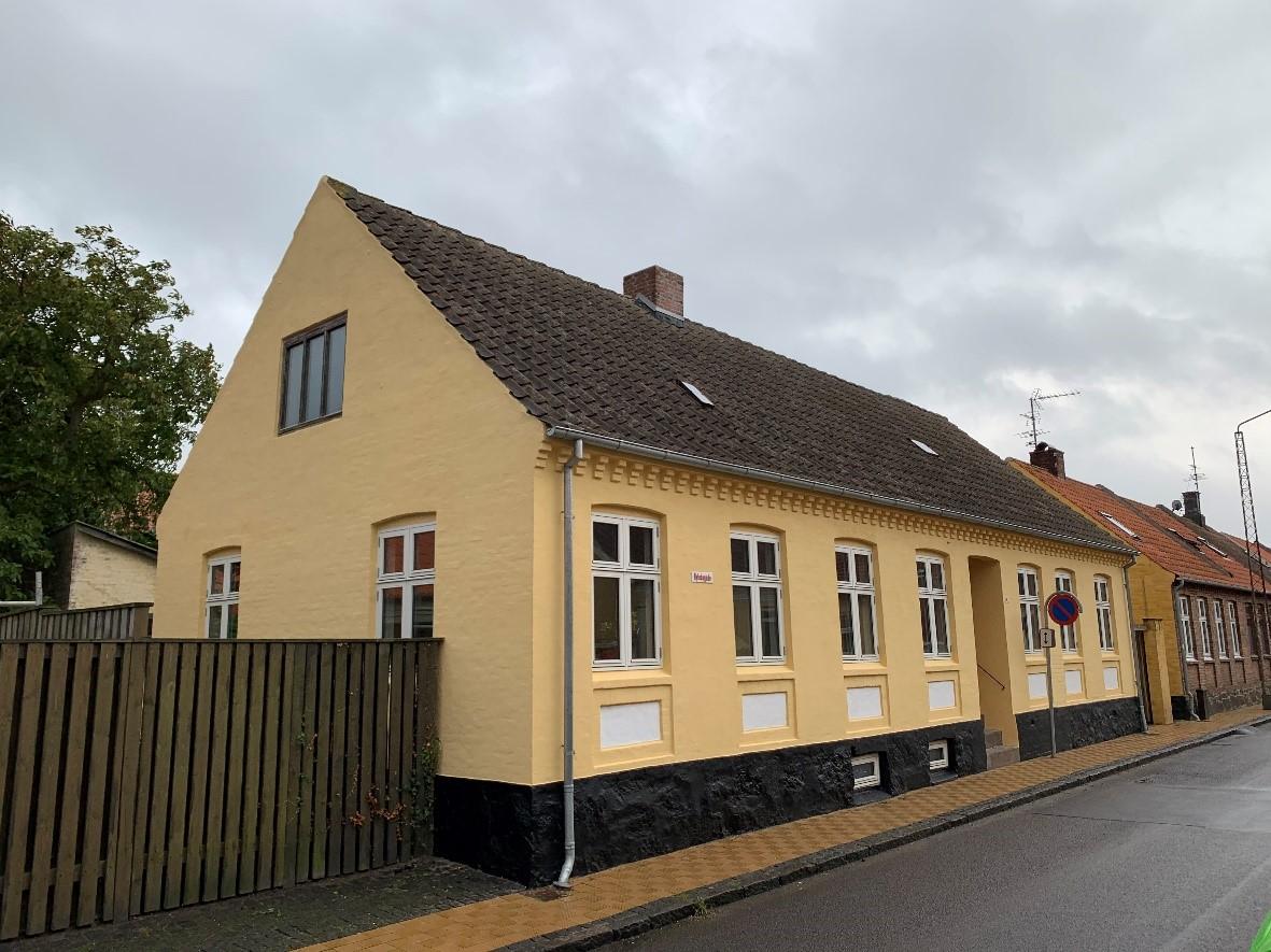 Gul maling på facade i Byledsgade, Rønne